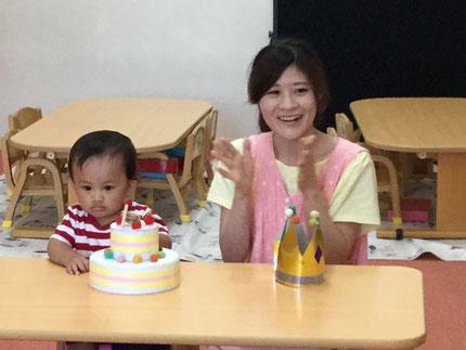 今日は、9月生まれのお友達のお誕生日会をしました。そらぐみのダイスケくんは、今日で1歳になりました。みんなから、♪ ハッピーバーズデイ ♪の歌とケーキのプレゼント。ダイスケくん、お誕生日おめでとう !