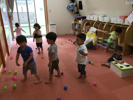 今日は雨・・・ お部屋で遊びました。ほしぐみさんは、ボール遊びをしました。壁に貼ってあるバイキンマンにむけて、ボールを投げていました。上手に当てることができたかな?
