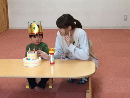 今日は、ひかりぐみのそうすけくんのお誕生日会をしました。そうすけくんは、8日で2歳になります。みんなから、♪ハッピーバーズデイ♪の歌とケーキのプレゼント。そうすけくん、お誕生日おめでとう !