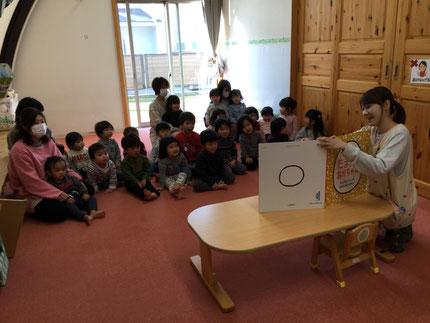お楽しみ会は、先生が「たまごのあかちゃん」の大きな絵本を読んでくれました。みんな、真剣に見ていました。