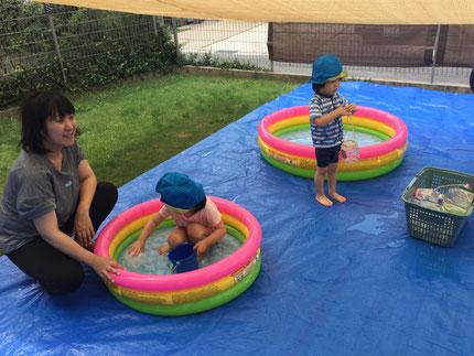 小さなプールもありますが、やはり大きなプールの方がいいのかな・・・ これからも、天気がいい日はプール遊びをたくさんしていきたいと思います。