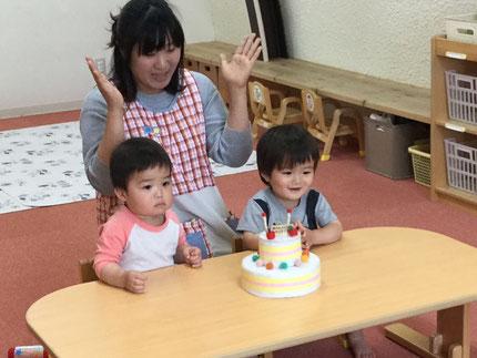 今日は、ひかりぐみのいくとくんとあきらくんの、お誕生日会をしました。いくとくんは16日、あきらくんは30日で2歳になります。みんなから、♪ ハッピーバーズデイ ♪の歌とケーキのプレゼント。