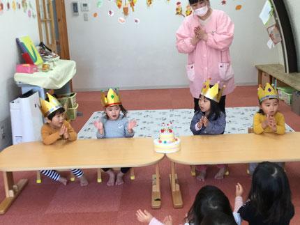 今日は、ほしぐみのりくとくん、りるちゃん、しほちゃん、ひかりぐみのさこちゃんのお誕生日会をしました。りくとくんは20日、りるちゃんは今日、しほちゃんは18日で3歳に、さこちゃんは18日で2歳になりました。みんなから、♪ ハッピーバーズデイ ♪ の歌とケーキのプレゼント。お誕生日、おめでとう !