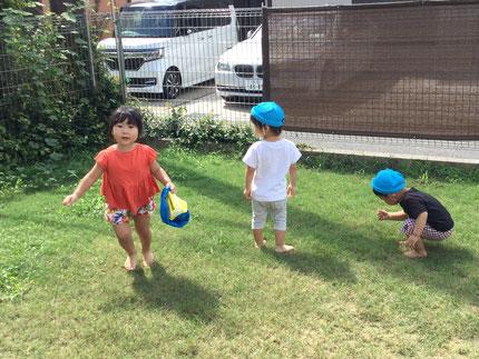 しゃぼん玉で遊んだり、走ったり、虫探しをしたりと、みんなそれぞれ、好きな遊びを見つけて遊んでいました。