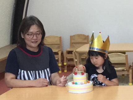 今日は、ほしぐみの、ののはちゃんのお誕生日会をしました。ののはちゃんは、9日で3歳になりました。みんなから、♪ ハッピーバーズデイ ♪の歌とケーキのプレゼント。お誕生日おめでとう !