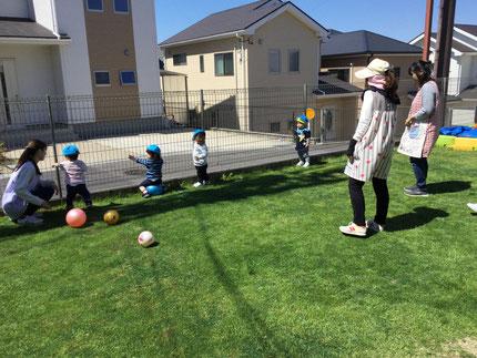 ひかりぐみさんは、ボールで遊びました。ボールよりも、外を見るのが楽しかったみたいですね。何が見えたかな ?