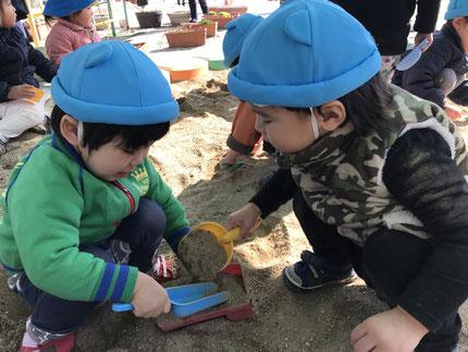 砂場のおおちゃも貸してもらって、お友達と遊んでいました。幼稚園の、お兄さんやお姉さんも遊んでくれました。また、行けるといいね !