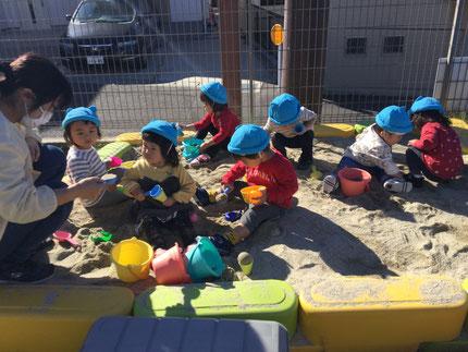 今日、ひかりぐみさんとそらぐみさんは、砂場で遊びました。