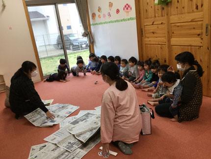 今日は、みんなで新聞紙遊びをしました。
