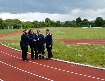 Das Organisationsteam mit Meike Fedortschenko, Barbara Balke und Andrea Behme (von links) sowie Simon Jahns bei der Platzbesichtigung der Kreissportanlage in Vechelde.
