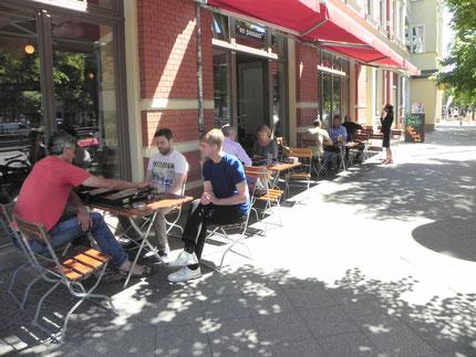 Sommerbackgammon: Stefan Blanke zieht, Faruk Kocaer schaut zu, Malte Quiter kiebitzt.