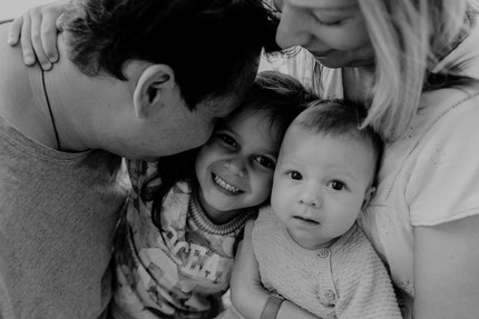 vater-mutter-tochter-sohn-familienfoto