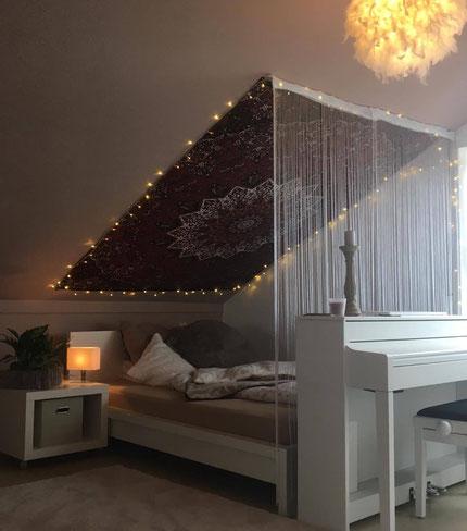 Mandala Wandtuch an Dachschräge mit Lichterkette