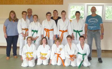 Foto FC Eberspoint:  Die Judokas des FC Eberspoint mit den Trainern Conni Augustin (links) und Gerd Mense (rechts), sowie Spartenleitung Petra Klauschke und Prüfer Georg Augustin (hinten)