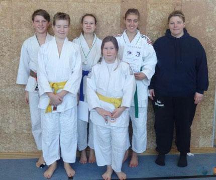 von rechts Trainerin Conni Augustin mit den Judokas des FC Eberspoint