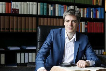 Rechtsanwalt Schiller recherchiert Rechtsquellen