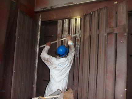 塗料のハツリ作業