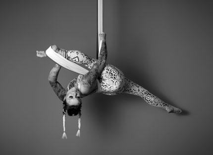 Spagat am Aerial Hammock Yoga Tuch