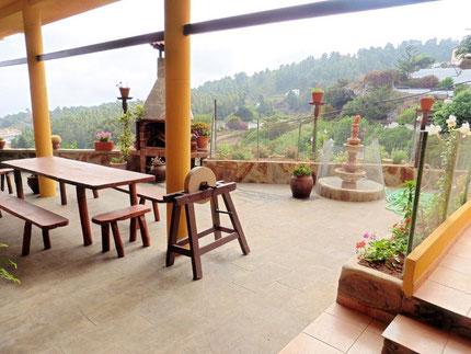 Aussicht von der großen Terrasse des Finca Hauses auf die ländliche Umgebung über die Kiefernwälder bis zum Meer.