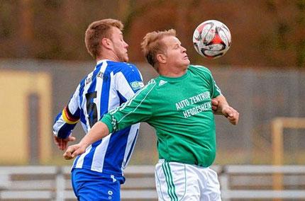 Viernheims Michael Otlik (links) im Zweikampf gegen Bosna-Spieler Nenad Kuko. Das Spiel endete 2:1 für den TSV Amicitia.