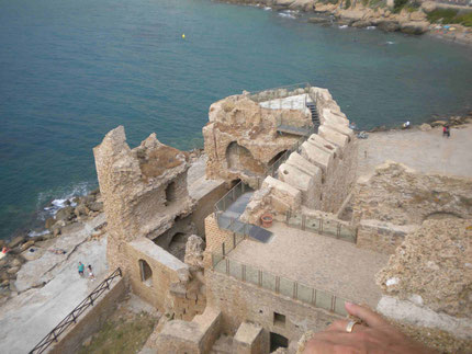 Blick vom Castell auf die kleinen Badebuchten