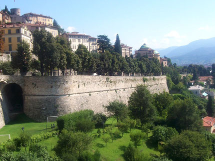 http://de.wikipedia.org/wiki/Bergamo#/media/File:018BergamoMura.JPG