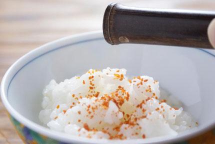 天たつの粉雲丹をご飯にかけると蒸気で戻り磯の香りが広がります。お粥にかけたり、豆腐、パスタにかけても美味です