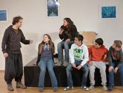 Professionelle Schauspieler und Laiendarsteller gemeinsam auf der Bühne