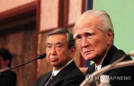 일본의무라야마 도미이치(村山富市, 오른쪽) 전 총리와 고노 요헤이(河野洋平) 전 관방장관이 9일 오후 일본 도쿄도(東京都) 일본기자클럽에서 열린 '전후 70년을 말한다'는 주제로 열린 대담에 참석했다.