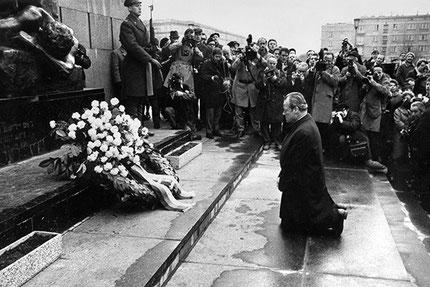 1970년 12월, 폴란드 바르샤바의 유대인 게토 추모비 앞에서 무릎꿇고 사죄하는 빌리 브란트 독일 총리.