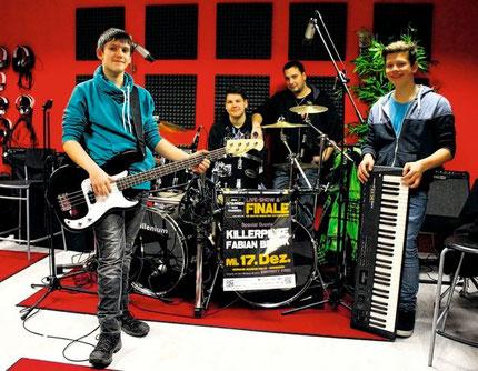 Der Vorsitzende des Jugend-Musik-Werks Baden, Marco-Sharif Khan, mit (von links) Nico Fischer, Tim Loschwitz und Lucca Burg von der Band »Rebels of Rock«. Foto: Haberer
