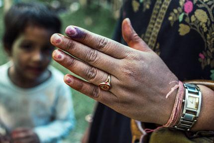 Übrigens: Wer in Indien seine Wahlstimme abgibt, wird mit einem Pinselstrich auf dem Finger markiert! Eine Woche später ist die Farbe immer noch da.