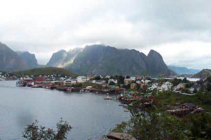 Der Ort Reine auf der Insel Moskenesøy (Lofoten) in landschaftlich schöner Umgebung