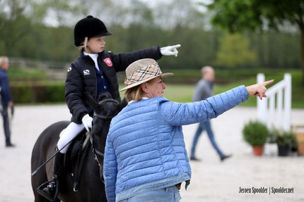 Janny Morsink voorzag de ponyruiters van veel tips.
