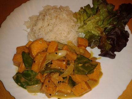 Teller mit Süßkartoffelcurry und Reis