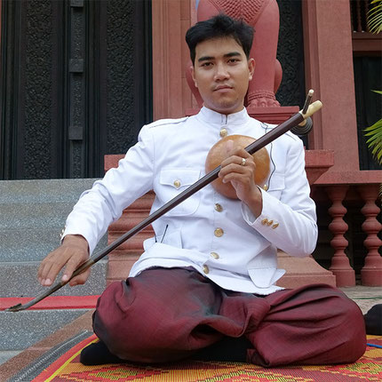 Lun Sophaneth, grandson of Master Sok Dutch, is now one of the best ksae diev players of the new generation. © P. Kersalé