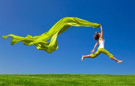 glückliche Frau springt in die Luft, leichte Frau, sportliche Frau springt, Frau schwingt ein Tuch