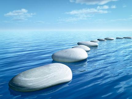 Steine, Kiesel, blaues Wasser, See, Meer, Weg aus Steinen,