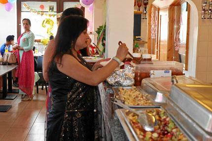 Buffet mit tradtitionell indischen Speisen für Familienfeiern oder Geburtstage