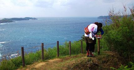 小富士の登頂記念証発行のためのレリーフを写しとっています