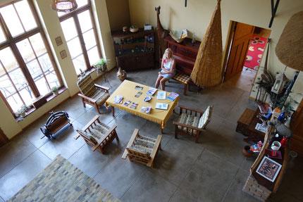 Pause in der Halle der Seidarab Guestfarm. Ort für die Fortsetzung des Reisetagebuchs.