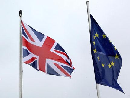 Die Fahnen von Großbritannien und der EU. Nun kehren die Briten der Gemeinschaft den Rücken. Foto: Stephanie Pilick