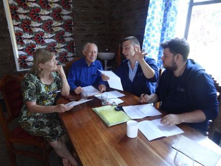 Vincent, Louis, Karl-Heinz Köhler und dessen Frau Swantje besprechen weitere Arbeit für die One World Secondary School Kiliamanjaro. Foto: Lotte Schlör