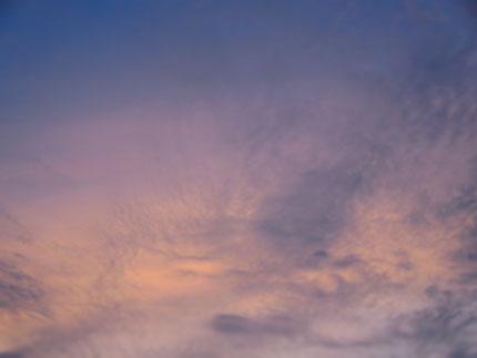 これは夕方の空。少し雲が出て来て、色が微妙に少しずつ重なり合って光る様子がとてもきれいでした。