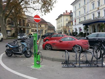 Montage der Wegweiser, Radverkehrsförderung im Landkreis Dachau, Themenradtour Räuber-Kneißl-Radweg
