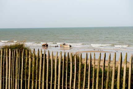 Fischer beim verladen des Bootes am Strand von Gouville sur Mer.