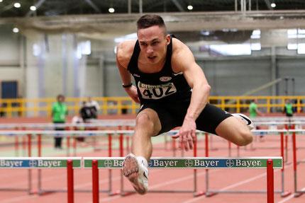 Tom Ediger über die Hürden, den größeren Erfolg erreichte er im Hochsprung (Foto: Footcorner)