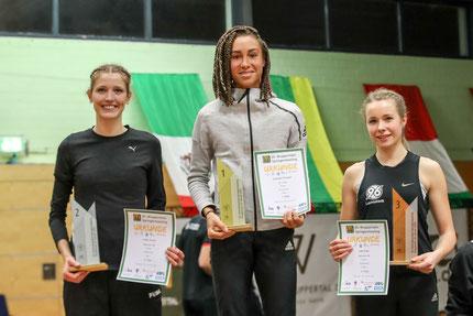 Siegerehrung Frauen: Imke Onnen, Jeanelle Schepers, Lale Eden (Foto: Footcorner/Dirk Fußwinkel)