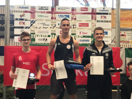 Tom Ediger (Mitte) bei der Siegerehrung (Foto: Jelinek)