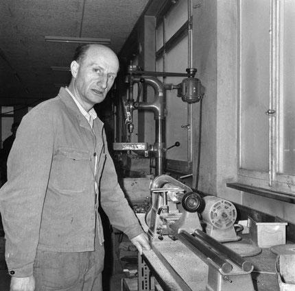 Gerhard Meier – im Dezember 1964 in der Lampenfabrik in Niederbipp – (Foto und Text: Keystone/Photopress-Archiv) - Pedro Meier